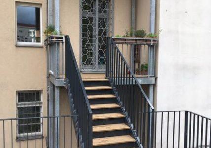 """unten 5 Treppen und Treppengel""""nder"""